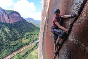 Rock climber climbing sandstone rock, Liming, Yunnan Province, Chinaの写真素材 [FYI03606830]
