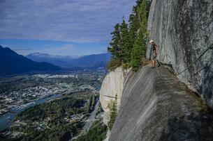 Man trad climbing at The Chief, Squamish, Canadaの写真素材 [FYI03606912]