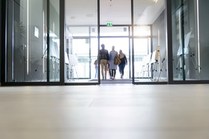 Students leaving college building by glass doorsの写真素材 [FYI03606966]