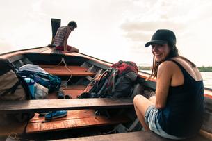 Woman enjoying boat ride to Tonsai from Krabi, Thailandの写真素材 [FYI03606987]