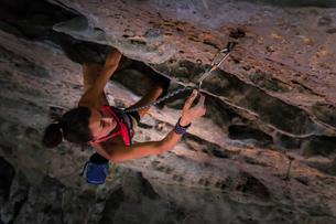 Rock climbing on limestone rock, Tonsai, Krabi, Thailandの写真素材 [FYI03606991]