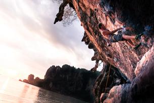 Rock climbing on limestone rock at sunset, Tonsai, Krabi, Thailandの写真素材 [FYI03606993]