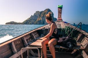Woman enjoying boat ride, Tonsai, Krabi, Thailandの写真素材 [FYI03606995]