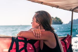 Woman enjoying boat ride, Tonsai, Krabi, Thailandの写真素材 [FYI03606996]