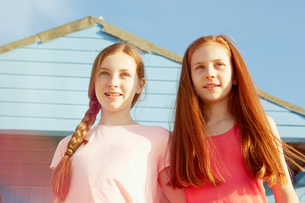 Best friends on seaside holidayの写真素材 [FYI03607004]
