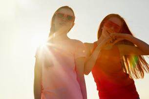 Best friends on seaside holidayの写真素材 [FYI03607006]