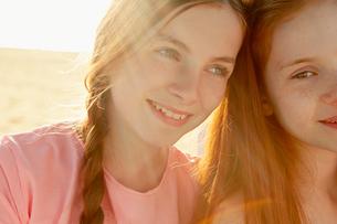 Best friends on seaside holidayの写真素材 [FYI03607007]