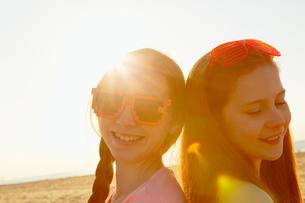 Best friends on seaside holidayの写真素材 [FYI03607009]