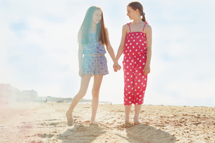 Best friends on seaside holidayの写真素材 [FYI03607012]