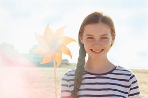 Girl with pinwheel on seaside holidayの写真素材 [FYI03607016]