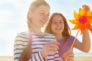 Girls with pinwheel on seaside holidayの写真素材 [FYI03607022]