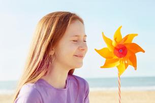 Girl with pinwheel on seaside holidayの写真素材 [FYI03607023]