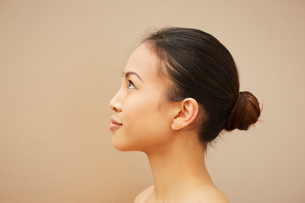 Woman with hair bunの写真素材 [FYI03607095]