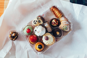 Cakes and pastries on tray, overhead viewの写真素材 [FYI03607251]