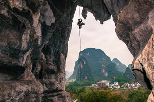 Sport climbing on limestone, in Yangshuo, Guangxi, Chinaの写真素材 [FYI03607277]