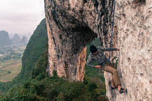 Sport climbing on limestone on Moon Hill, Yangshuo, Guangxi, Chinaの写真素材 [FYI03607280]