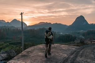 Man walking in National Park of Getu He, Guiyang, Guizhou, Chinaの写真素材 [FYI03607293]