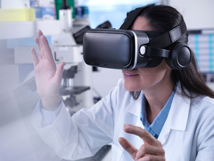 Scientist using virtual reality to understand a research experiment in the laboratoryの写真素材 [FYI03607303]