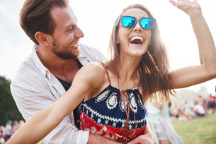 Couple laughing and enjoying music festivalの写真素材 [FYI03607349]