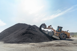 Digger with large pile of recycled soil in concrete recycling siteの写真素材 [FYI03607355]