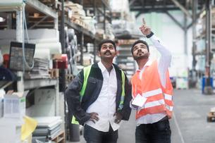 Engineers working in warehouseの写真素材 [FYI03607525]