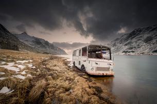 Abandoned camper van in fjord, Hamn i Lofoten, Nordland, Norwayの写真素材 [FYI03607570]