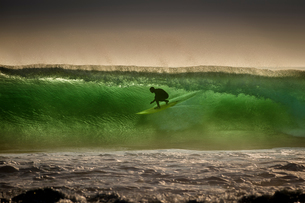 Surfer surfing on barreling wave, Crab Island, Doolin, Clare, Irelandの写真素材 [FYI03607600]