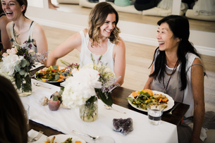 Women enjoying friendship and meal in yoga retreatの写真素材 [FYI03607746]