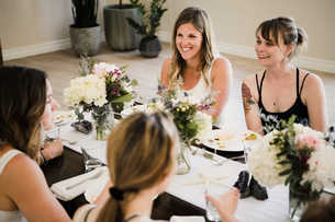 Women enjoying friendship and meal in yoga retreatの写真素材 [FYI03607748]