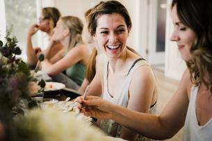 Women enjoying friendship and meal in yoga retreatの写真素材 [FYI03607749]