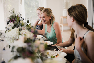 Women enjoying friendship and meal in yoga retreatの写真素材 [FYI03607750]