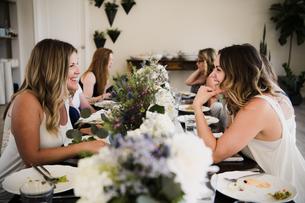 Women enjoying friendship and meal in yoga retreatの写真素材 [FYI03607751]