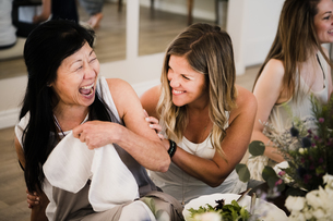 Women enjoying friendship and meal in yoga retreatの写真素材 [FYI03607752]