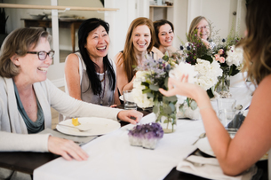 Women enjoying friendship and meal in yoga retreatの写真素材 [FYI03607755]