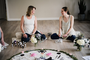 Women around circle in yoga retreatの写真素材 [FYI03607756]