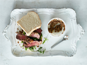 Steak sandwich with mustard on trayの写真素材 [FYI03607788]