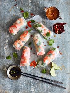 Prawn rolls on rice paper and pair of chopsticksの写真素材 [FYI03607806]