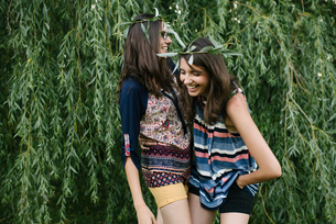 Twin sisters beside weeping willow branchesの写真素材 [FYI03607817]