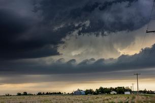 Kelvin-Helmholtz waves form on tornadic thunderstorm, Quinter, Kansas, USの写真素材 [FYI03607837]