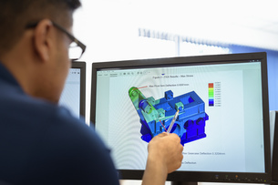 Engineer designing gearboxes using computer aided design (CAD) software in gearbox factoryの写真素材 [FYI03608138]