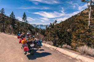 Touring bike by roadside, enroute between Reno and Lake Tahoe, Nevada, USAの写真素材 [FYI03608158]