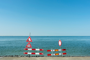 Traffic signs along shorelineの写真素材 [FYI03608534]