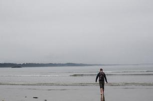 Man on beach, Tofino, Canadaの写真素材 [FYI03608582]