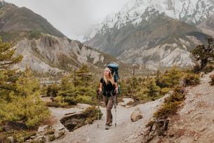 Hiker on trail, Annapurna Circuit, the Himalayas, Manang, Nepalの写真素材 [FYI03608629]