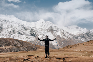 Hiker on trail, Annapurna Circuit, the Himalayas, Manang, Nepalの写真素材 [FYI03608630]