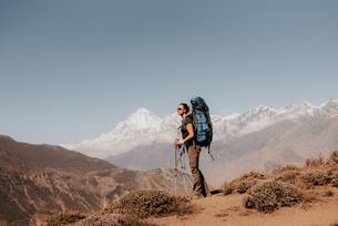Hiker on peak, Annapurna Circuit, the Himalayas,  Dhaulagiri and Tukuche mountains in background, Muの写真素材 [FYI03608633]