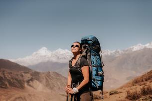 Hiker on peak, Annapurna Circuit, the Himalayas,  Dhaulagiri and Tukuche mountains in background, Muの写真素材 [FYI03608634]