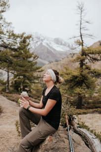 Hiker taking break on trail, Annapurna Circuit in Muktinath, the Himalayas, Nepalの写真素材 [FYI03608643]