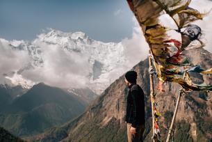 Hiker on peak, Annapurna Circuit,  view to Annapurna 2 mountain, the Himalayas, Manang, Nepalの写真素材 [FYI03608644]