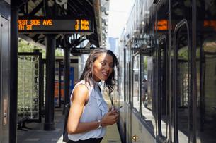 Businesswoman standing close to trainの写真素材 [FYI03608695]